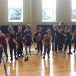 vaikai su ledo ritulio inventoriumi