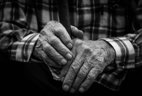 anukus-slaugyti-gaudami-nedarbingumo-pasalpas-gales-ir-dirbantys-vaiku-seneliai