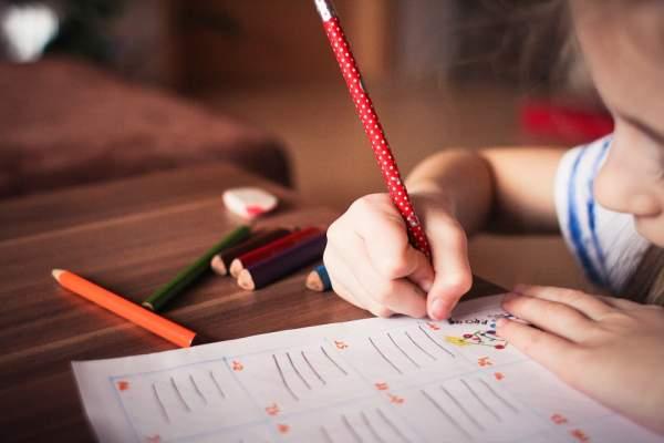 anglu-kalbos-mokymasis-nuo-pirmuju-gyvenimo-metu-kada-pradeti-kodel-verta-kaip-praktikuoti