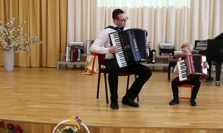 https://www.kaunieciams.lt/wp-content/uploads/2018/05/dovana-jaunajam-talentui-jo-svajoniu-akordeonas.jpg