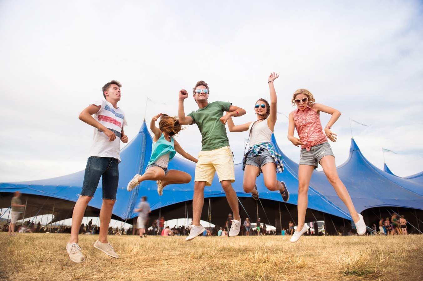 https://www.kaunieciams.lt/wp-content/uploads/2019/07/teenagers-at-summer-music-festival-dancing-and-PV3CBYM.jpg